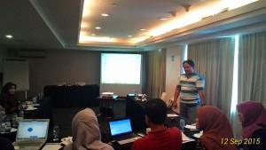 Gambar 2. Penjelasan tentang pengisian data, cara kerja alat dan mekanisme penelitian oleh Bapak Ketut Hari Mulyawan, MPH.